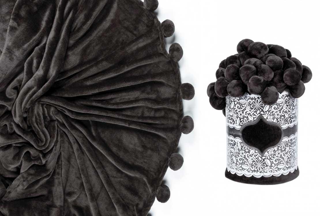 Плед с помпонами черный