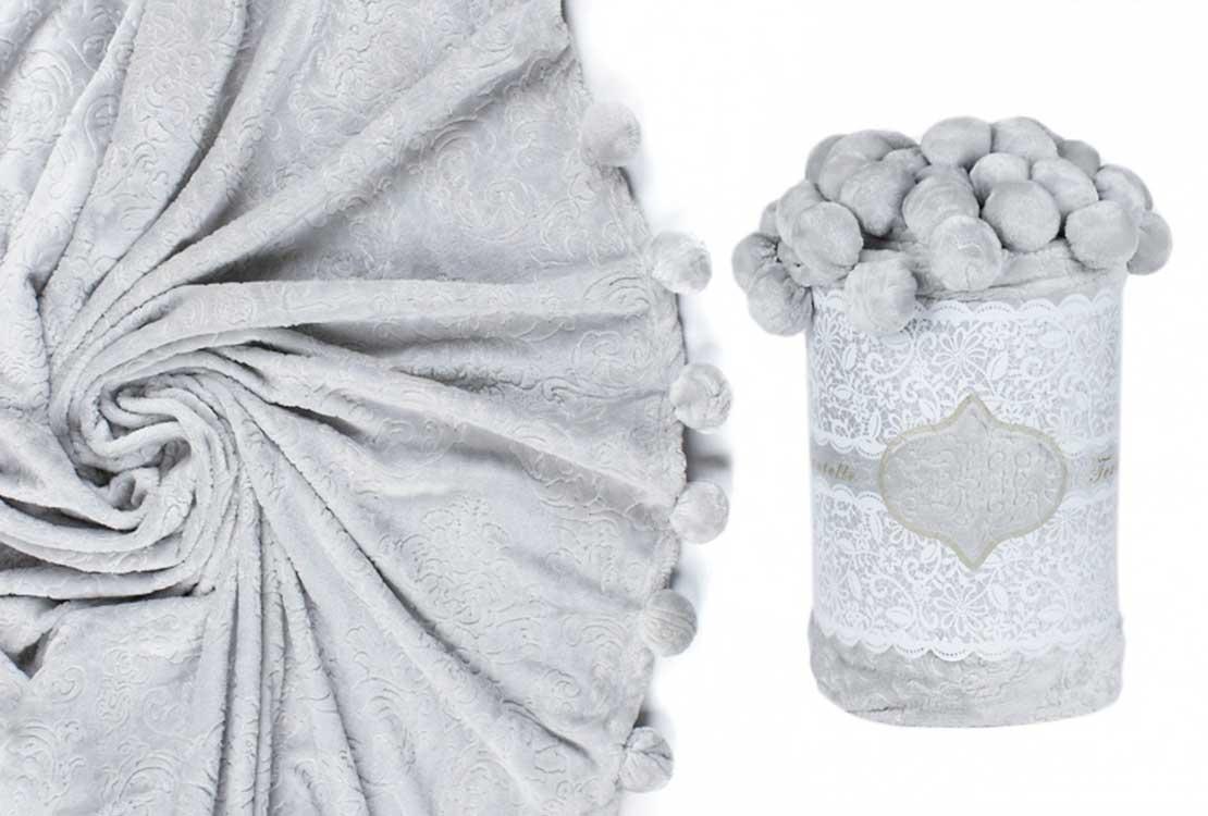 Плед с помпонами серый
